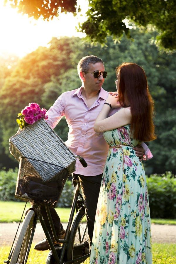 Paar die picknickdatum in park in de zomerdag hebben stock afbeeldingen