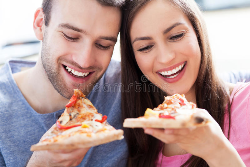 Paar die pizza eten stock foto