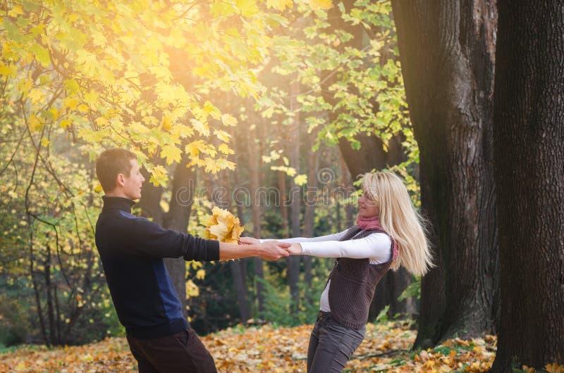 Paar die pret in de herfstpark hebben stock foto's