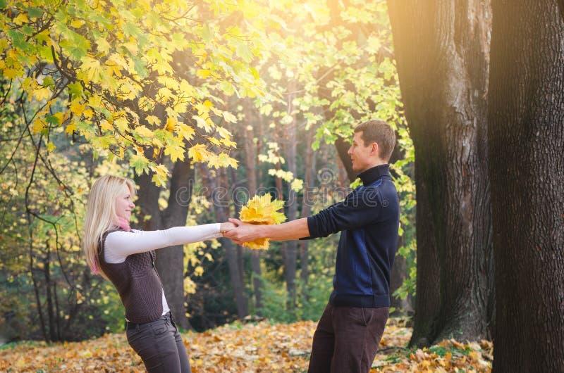 Paar die pret in de herfstpark hebben stock afbeeldingen