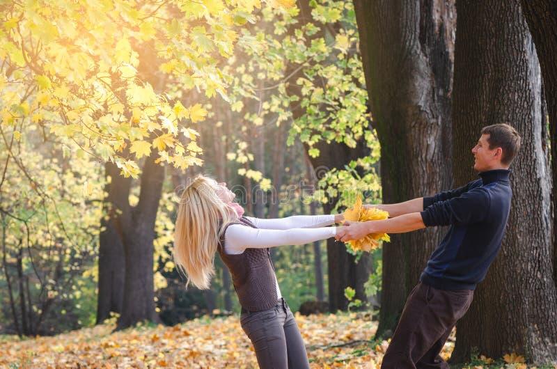 Paar die pret in de herfstpark hebben royalty-vrije stock afbeelding