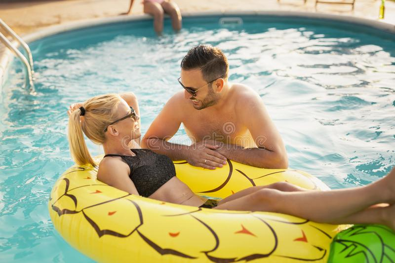 Paar die pret hebben bij een poolsidepartij royalty-vrije stock afbeelding