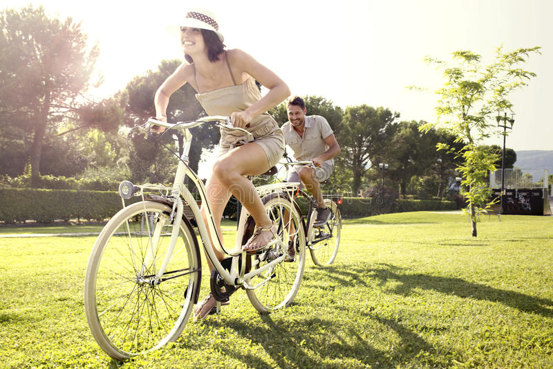 Paar die pret hebben door fiets op vakantie aan het meer