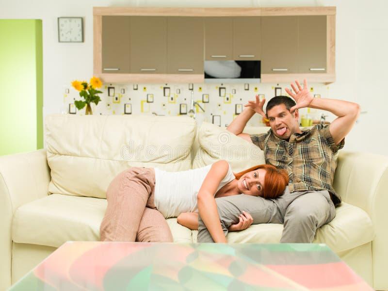 Paar die pret hebben thuis royalty-vrije stock foto's