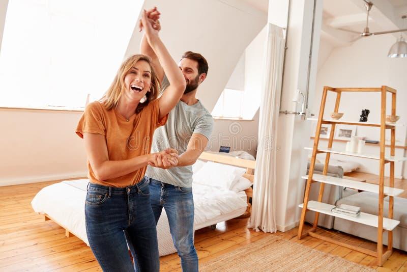 Paar die Pret in Nieuw Huis hebben die samen dansen stock foto