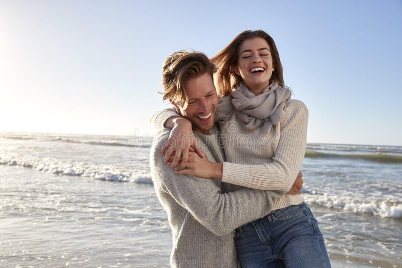 Paar die Pret op de Winterstrand samen hebben royalty-vrije stock fotografie