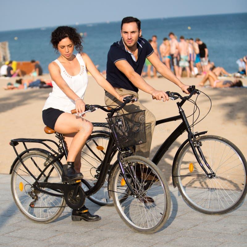 Paar die pret op fietsen hebben stock afbeeldingen
