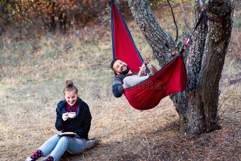 Paar die pret op picknick hebben royalty-vrije stock foto