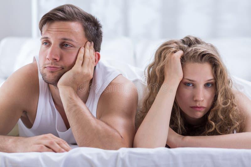 Paar die problemen in slaapkamer hebben royalty-vrije stock afbeeldingen