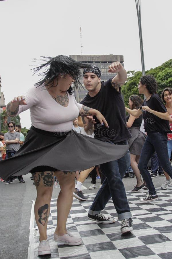 Paar die rockabilly op de straat in Brazilië dansen stock afbeeldingen