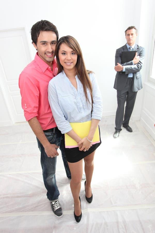 Paar die rond bezit worden getoond royalty-vrije stock foto's