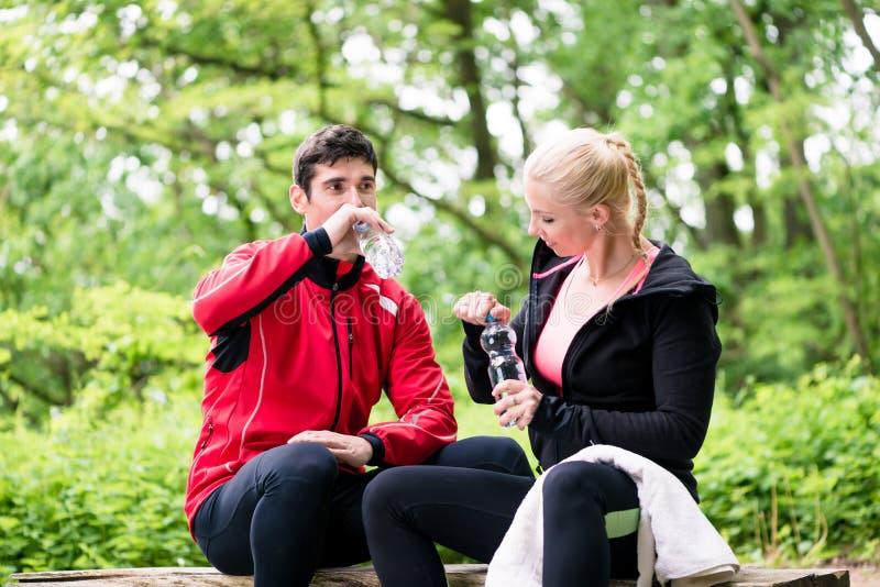 Paar die rust hebben tijdens joggingsport royalty-vrije stock foto