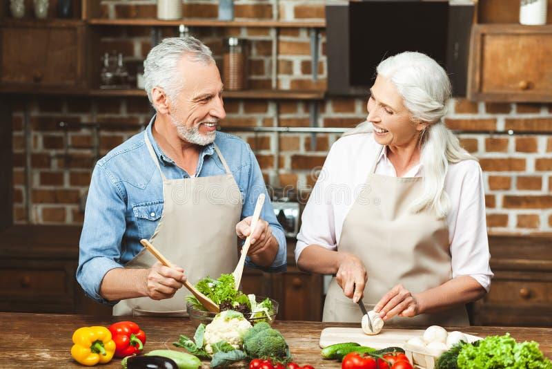 Paar die salade voor diner voorbereiden royalty-vrije stock afbeeldingen