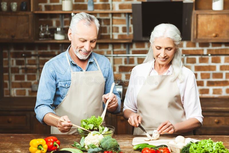 Paar die salade voorbereiden royalty-vrije stock foto