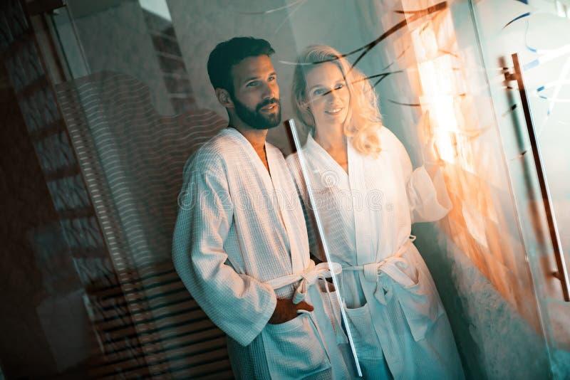 Paar die salt spa van behandeling genieten royalty-vrije stock foto