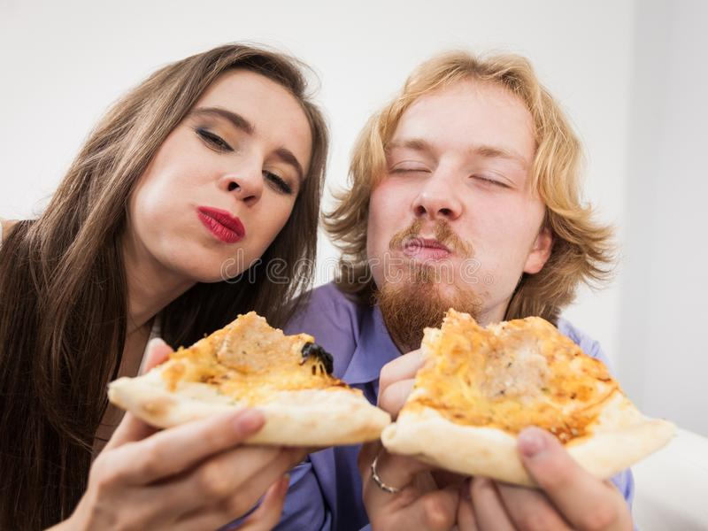 Paar die samen pizza eten, die pret hebben royalty-vrije stock fotografie