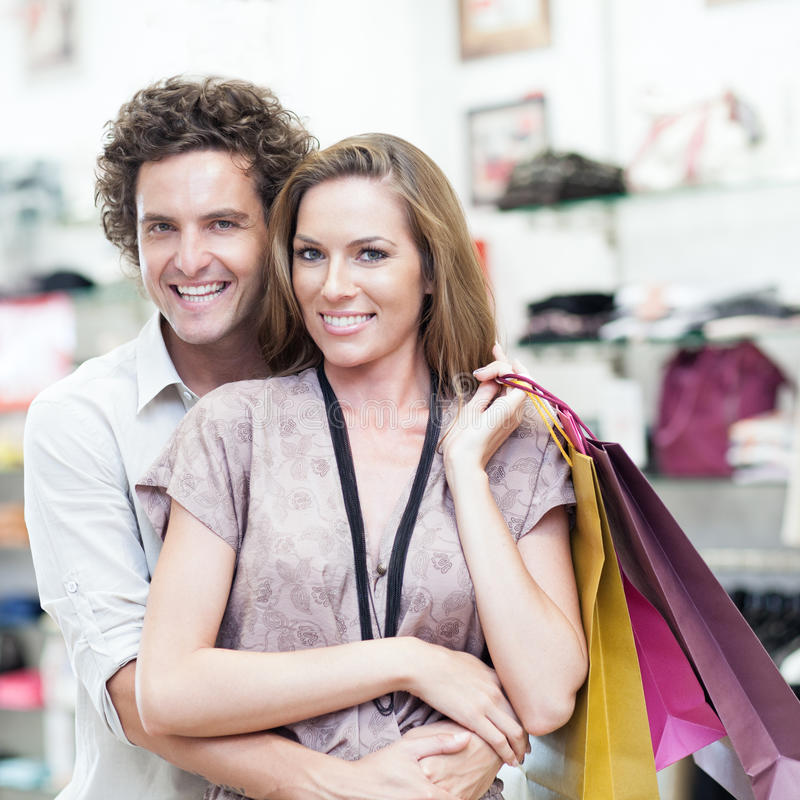 Paar die samen winkelen stock fotografie