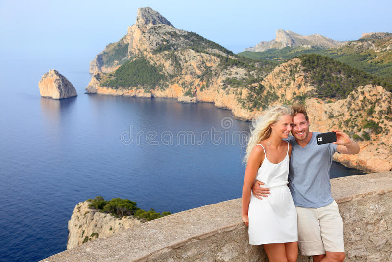Paar die selfie foto op Formentor Mallorca nemen royalty-vrije stock foto's