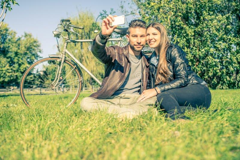 Paar die selfie nemen royalty-vrije stock foto's