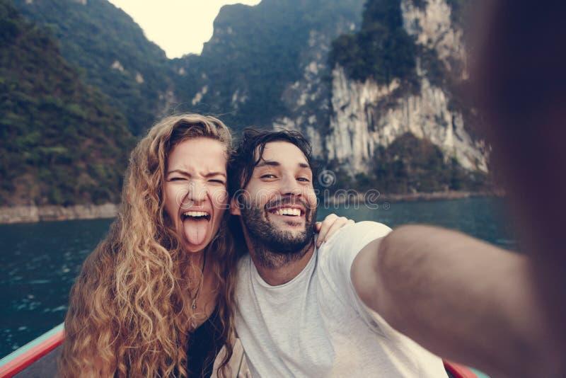 Paar die selfie op een longtailboot nemen stock afbeeldingen