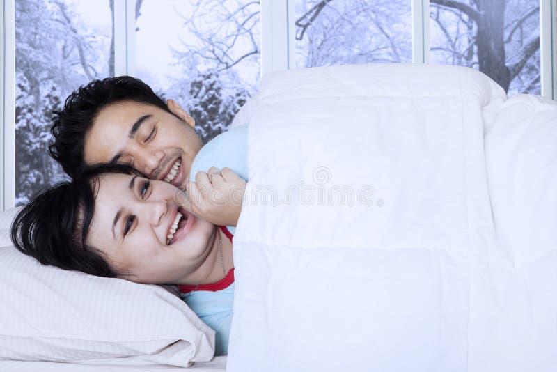 Paar die in slaapkamer gekscheren royalty-vrije stock fotografie