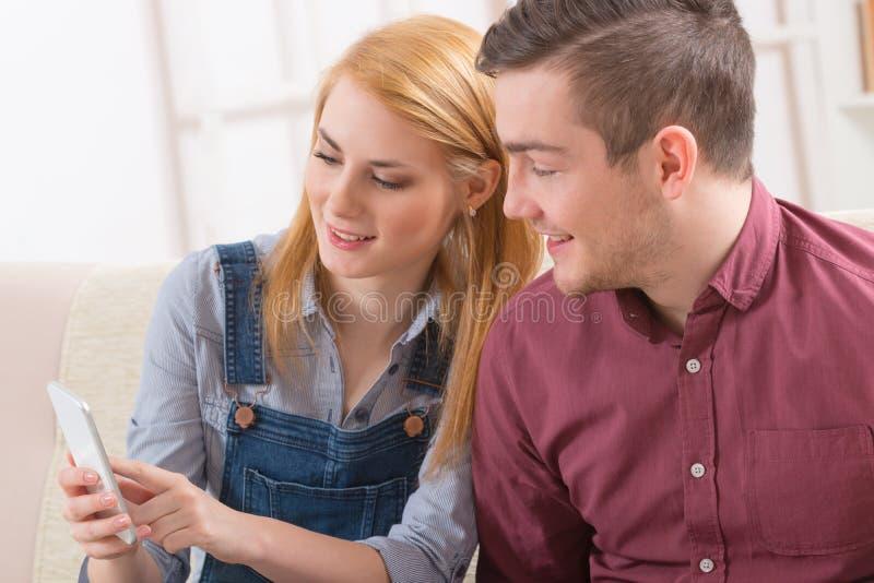 Paar die smartphone gebruiken stock afbeeldingen
