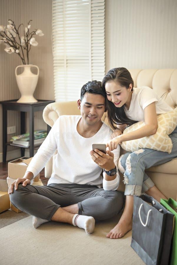 Paar die smartphone samen gebruiken royalty-vrije stock foto