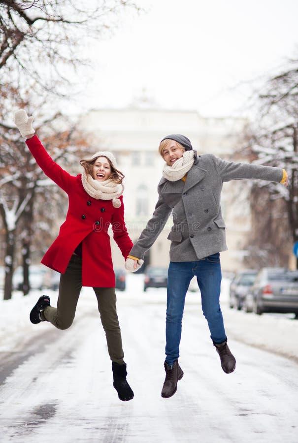Paar die in sneeuw springen royalty-vrije stock fotografie