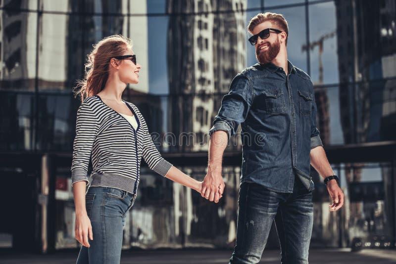 Paar die in stad lopen royalty-vrije stock afbeelding