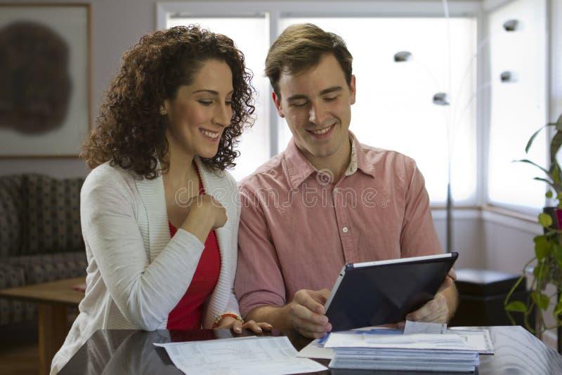 Paar die tablet bekijken stock foto's