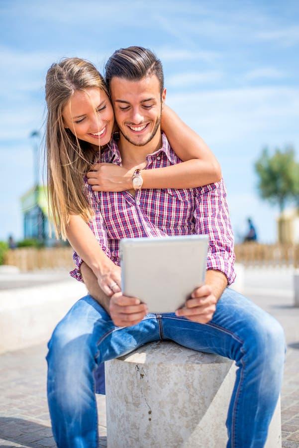 Paar die tablet in openlucht gebruiken royalty-vrije stock fotografie