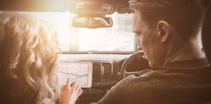 Paar die tabletcomputer in auto met behulp van royalty-vrije stock foto