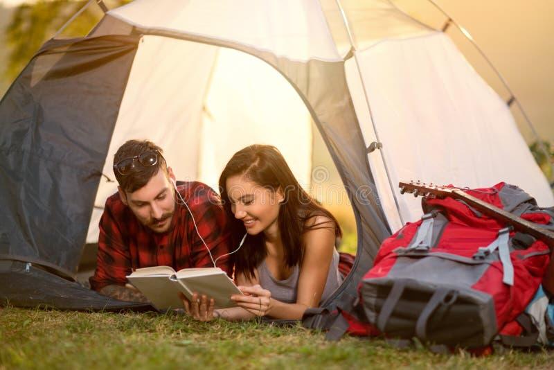 Paar die in tent een boek lezen royalty-vrije stock afbeelding
