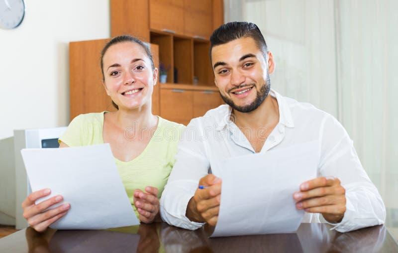 Paar die termijnen van contract thuis bespreken royalty-vrije stock foto's