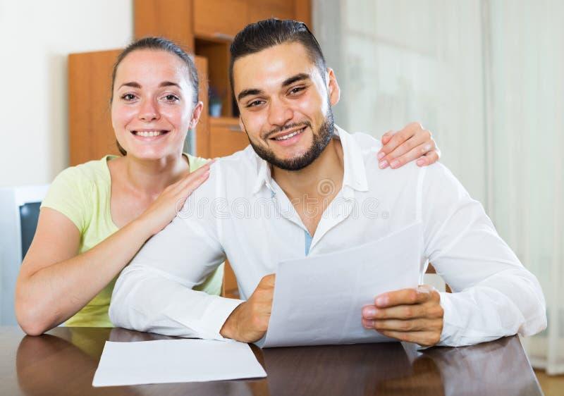 Paar die termijnen van contract thuis bespreken royalty-vrije stock afbeelding