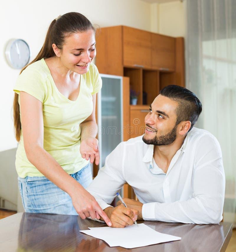Paar die termijnen van contract thuis bespreken stock afbeeldingen