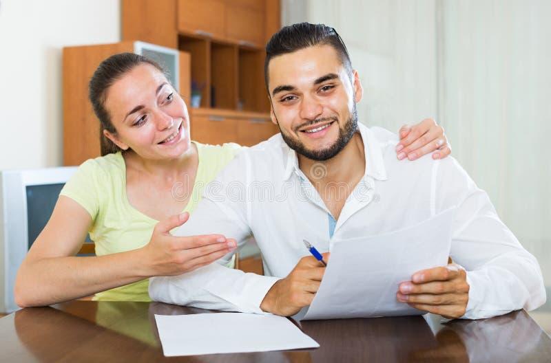 Paar die termijnen van contract thuis bespreken stock afbeelding