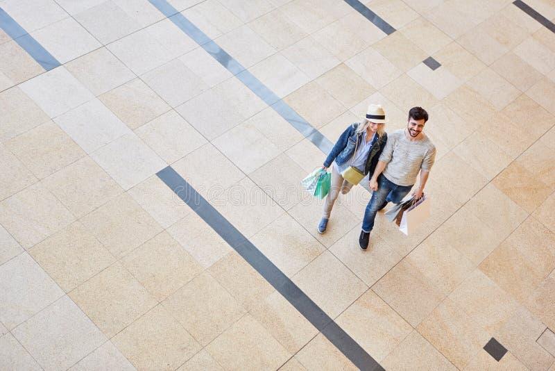 Paar die terwijl het houden van handen winkelen royalty-vrije stock fotografie
