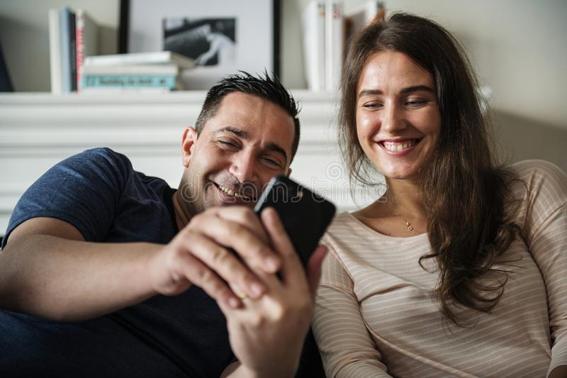 Paar die thuis gelukkig ontspannen stock foto