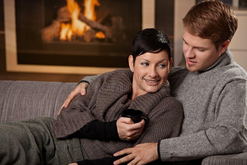 Paar die thuis koesteren royalty-vrije stock fotografie