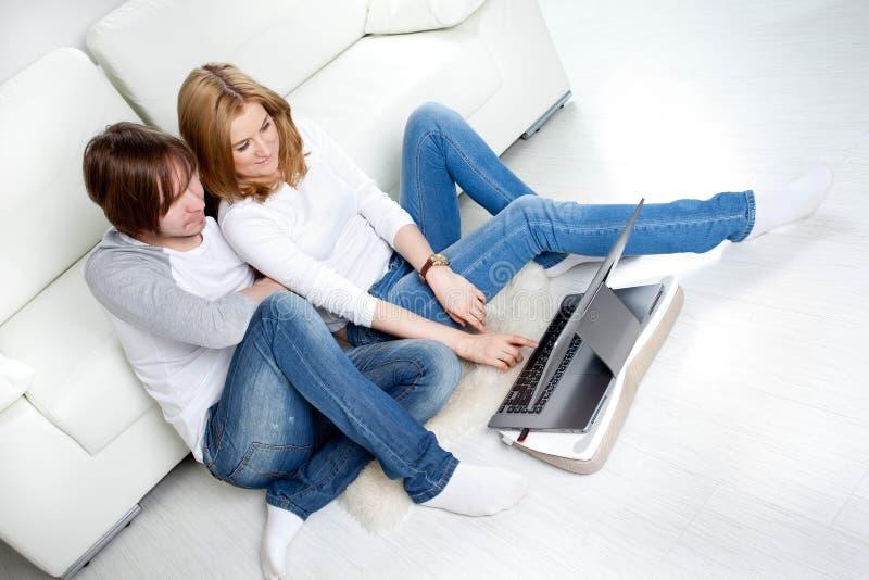 Download Paar die thuis ontspannen stock foto. Afbeelding bestaande uit sluit - 39100612