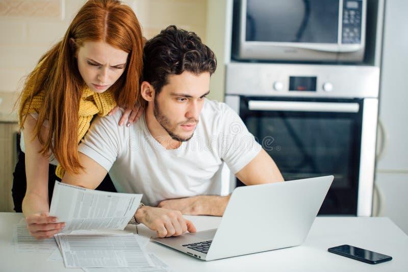 Paar die thuis rekeningen met laptop betalen royalty-vrije stock foto's