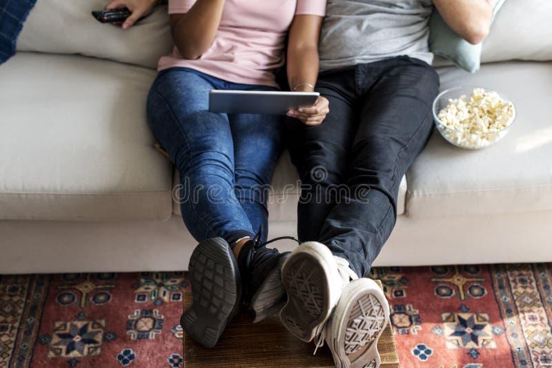 Paar die thuis samen ontspannen stock foto's