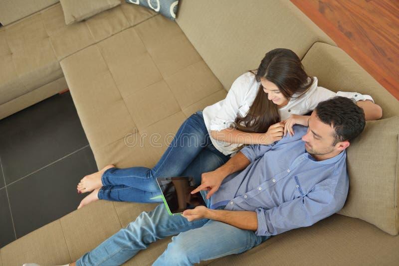 Paar die thuis tabletcomputer met behulp van royalty-vrije stock foto