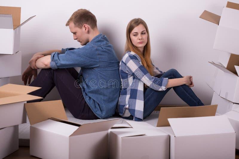 Paar die tijdens verhuizing debatteren royalty-vrije stock afbeelding