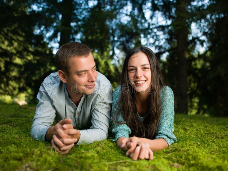 Paar die van aard genieten royalty-vrije stock fotografie