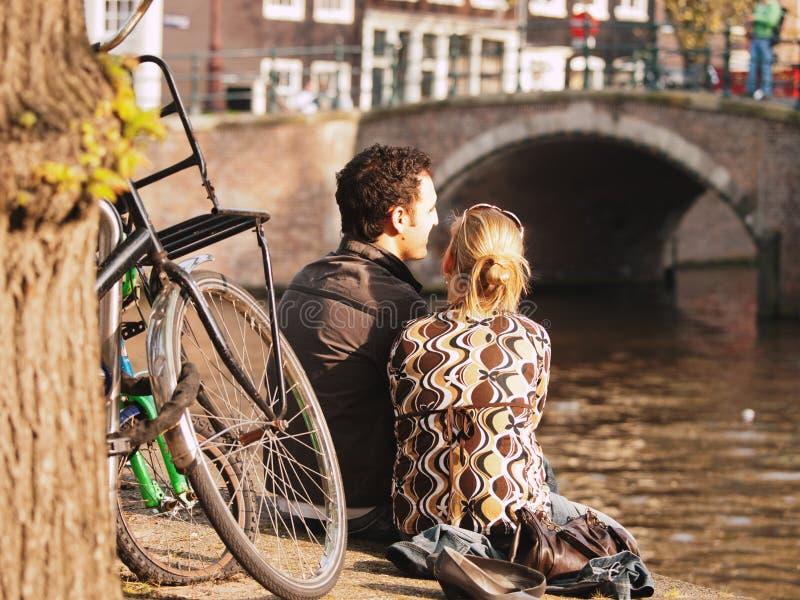 Paar die van Amsterdam genieten stock fotografie