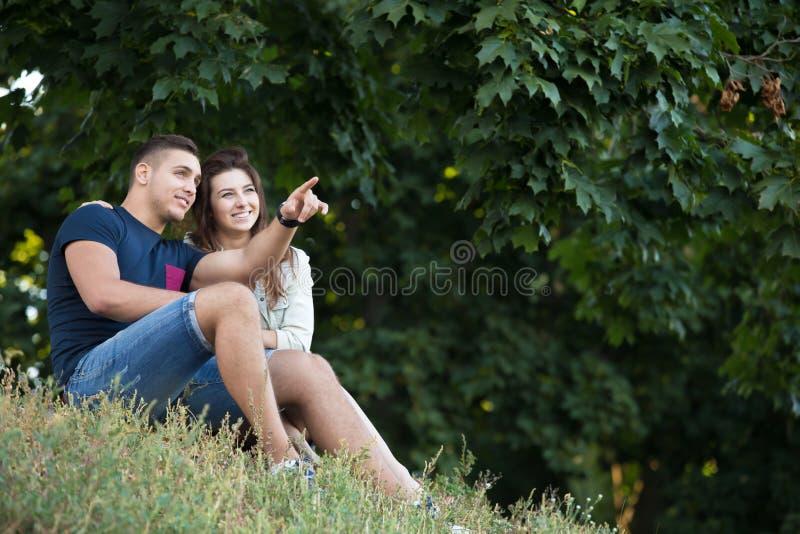 Paar die van de mening in park genieten stock foto's