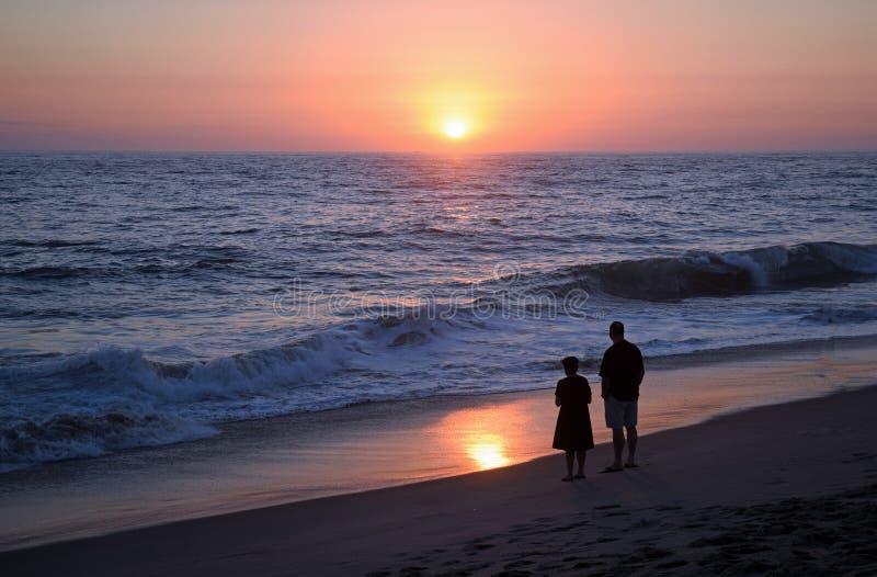 Paar die van de zonsondergang op Aliso-Strand genieten royalty-vrije stock foto's
