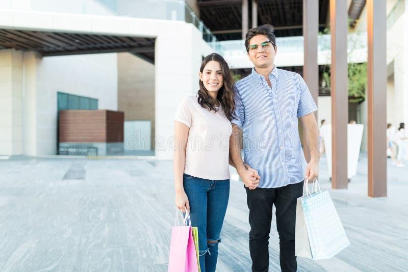 Paar die van een Dag van het Winkelen genieten royalty-vrije stock foto